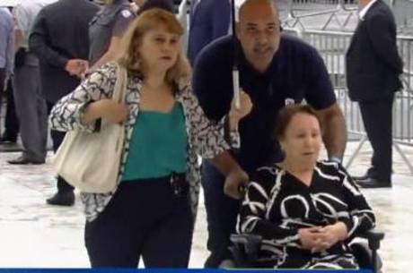 Mãe do apresentador chega ao velório