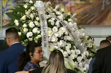 Silvio Santos manda coroa de flores para velório