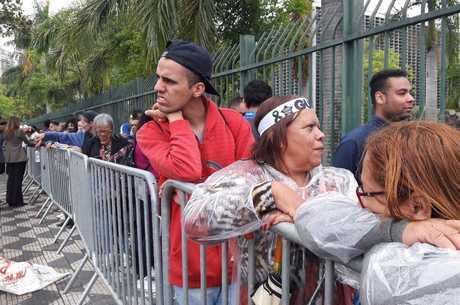 Fãs fizeram fila para acessar velório de Gugu