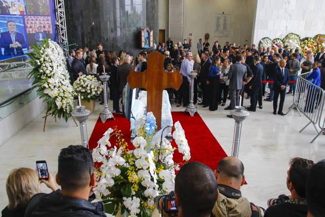 Amigos, fãs e familiares velam nesta quinta-feira (28) o corpo do apresentador Gugu Liberato, que morreu na última sexta depois de sofrer um acidente doméstico