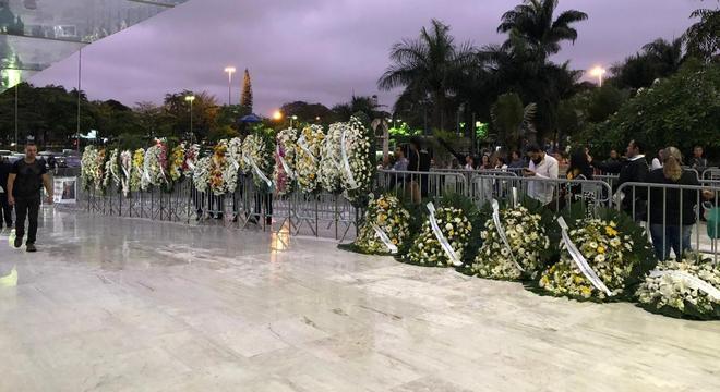 Fila de coroas de flores se estende pela rampa de acesso à Assembleia de SP