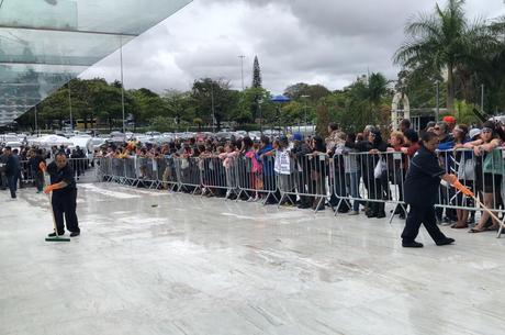 Funcionários secam a entrada por conta da chuva