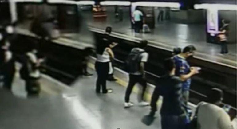 No canto esquerdo, é possível ver momento em que homem empurra mulher nos trilhos