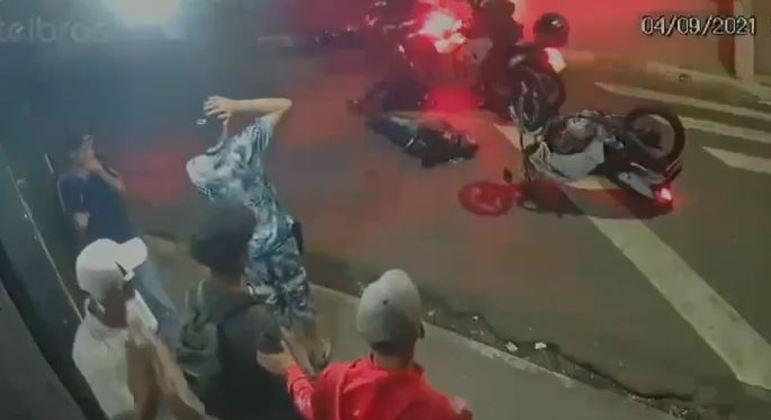 Colisão entre motocicletas foi testemunhada por um grupo de jovens em Carapicuíba (SP)