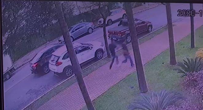 Após atirar, suspeitos fogem sem levar nada da vítima