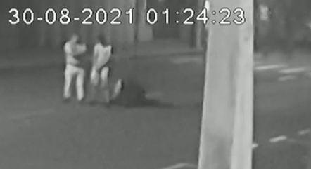 Suspeito é baleado e cai no chão ao lado de reféns