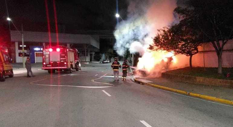 Carro pegou fogo e vítima não conseguiu deixar o veículo antes das chamas se alastrarem