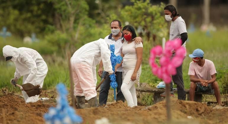 Especialistas apontam variante P.1 e outras razões para avanço rápido da pandemia