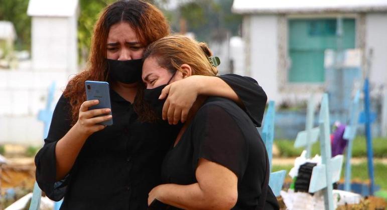 Enterro de vítima da covid-19 em Manaus (AM), onde doença causou colapso hospitalar