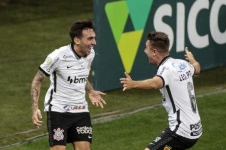 Gustavo comemora gol com Lucas Piton