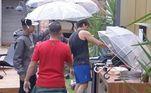 Churrasco na chuvaQuem nunca planejou aquele churrasquinho no domingo e no meio do preparo, a chuva apareceu? Isso aconteceu com os homens do reality, que precisaram se revezar para segurar o guarda-chuva e não molhar as carnes