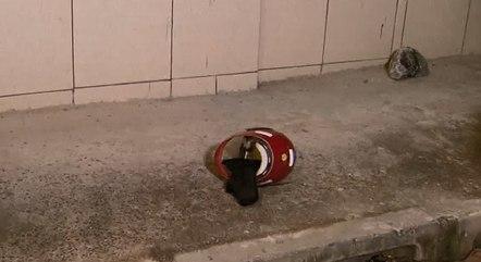 Capacete do suspeito foi destruído por moradores