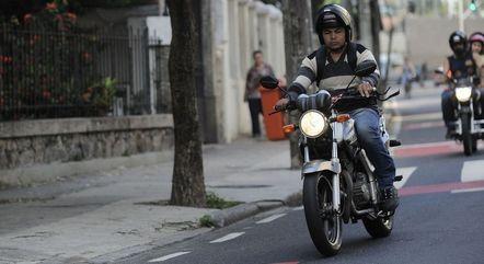 Pilotar moto com a viseira aberta passa a ser infração média