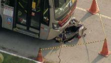 Motorista de ônibus tenta frear, mas atinge motociclista em SP