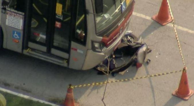 Motoboy é atropelado por ônibus na av. Luiz Gushiken