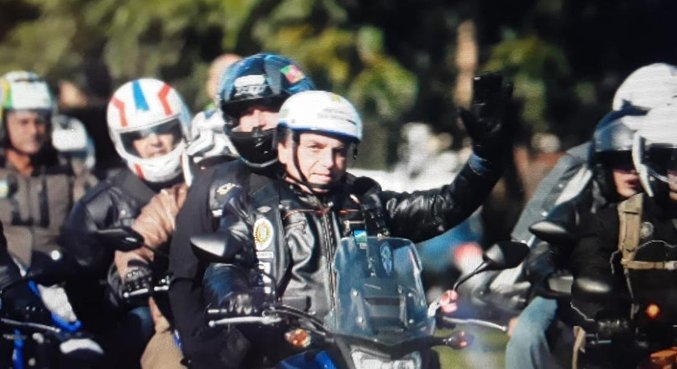 Bolsonaro participa da motociata em Porto Alegre