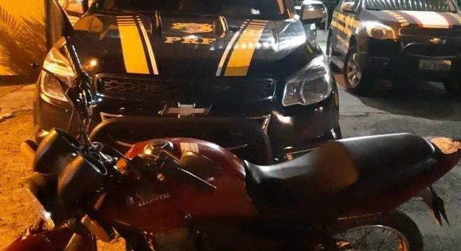 Motocicletas roubadas são recuperadas pela PRF minutos após os assaltos