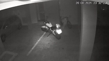 Curioso: motocicleta se move sozinha em estacionamento de Londrina