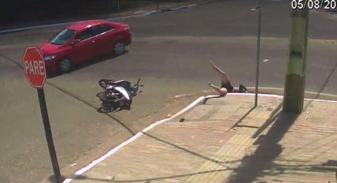 Motociclista é arremessada em bueiro em Paragominas, no Pará