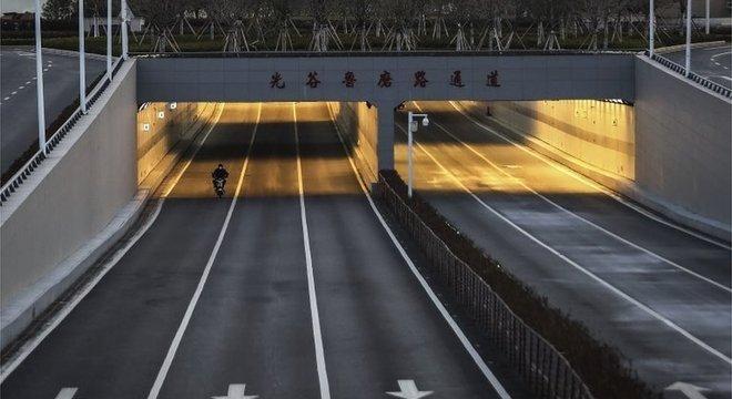 Desde o início da quarentena, as ruas de Wuhan estão quase desertas