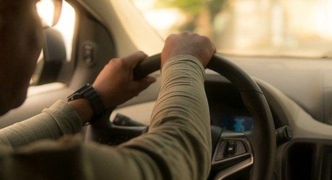 Motoristas devem higienizar as partes do veículo que são mais tocadas pelas mãos