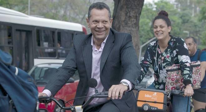 Givanilson é motorista profissional e usa a bike para driblar o trânsito