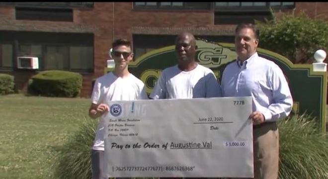 Motorista desempregado recebe cheque no valor de US $ 1.000