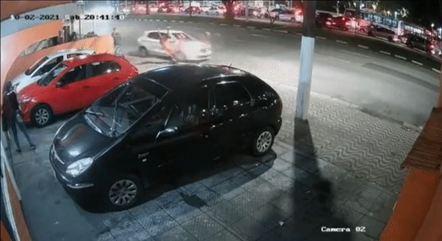 Imagens mostram o momento em que o veículo atinge as vítimas