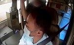 E começou a agredi-lo verbal e fisicamenteVeja também:Passageiro bêbado parte para briga por se recusar a usar máscara