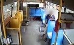 O incidente foi registrado pela câmera de bordo de um coletivo que atende a cidade deGuangzhou, na China