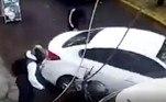 No entanto, o motorista acelerou e conseguiu deixar os bandidos para trásBombou no HORA 7!Influenciadora 'Angelina Jolie zumbi' é libertada da prisão sob fiança