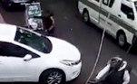 O homem que ocupava a garupa da moto desceu com arma em punho para abordar o condutor do veículo branco