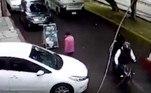 As imagens foram registradas por uma câmera de vigilância do local