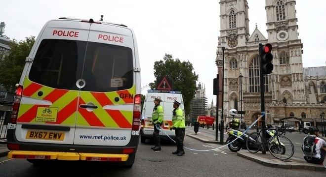 Carro atingiu barreiras de segurança do lado de fora de Parlamento britânico
