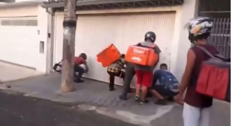 Entregadores invadem casa de cliente, quebram garagem e depredam veículo em Bauru