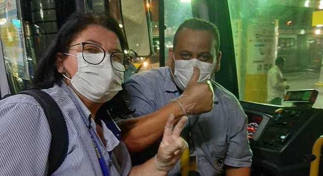 Motoristas de ônibus com máscaras de proteção contra o coronavírus