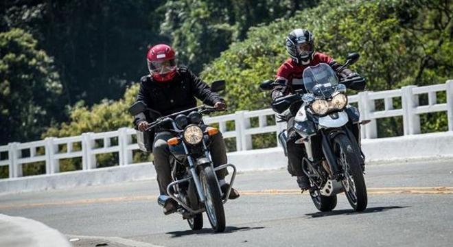Motociclista em moto de baixa cilindrada sem equipamentos, só capacete.