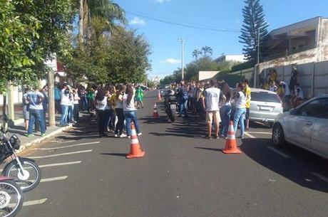 Demonstração de frenagem com participação do Departamento de Trânsito de Fernandópolis, que interditou a rua