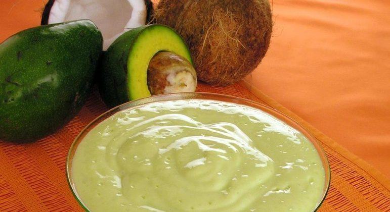 Mousse de abacate com coco