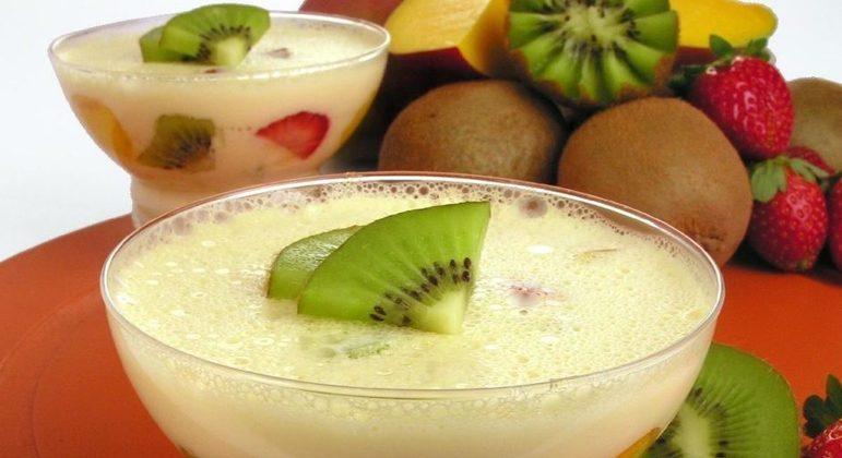 Mousse de frutas com kiwi, manga e morangos