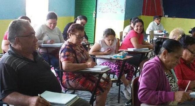 Alunos do MOVA em aula na favela do Vietnã, na zona sul da capital