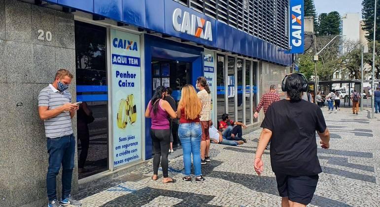 Movimentação em agência da Caixa Econômica Federal em Curitiba (PR)