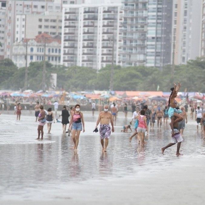 Movimentação de banhistas em Santos em meio à pandemia do coronavírus
