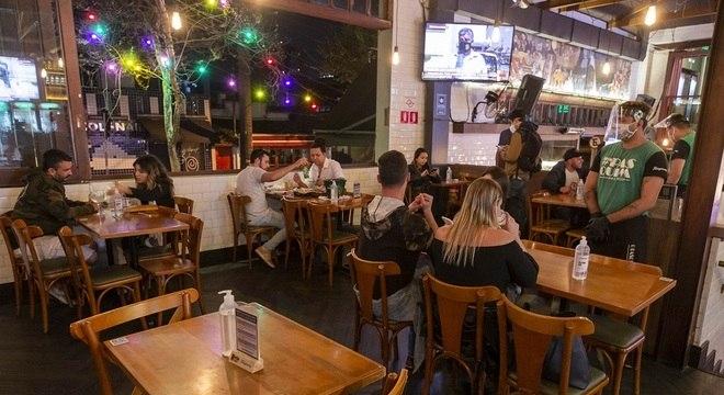 Movimentação em bar de São Paulo