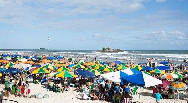 Movimentação em praia do Guarujá (SP) durante o feriadão de Finados