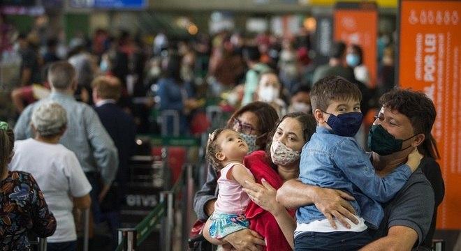 Movimentação intensa de passageiros na área de embarque do Terminal 2 do Aeroporto Internacional de São Paulo, em Cumbica, Guarulhos, nesta terça- feira (22)