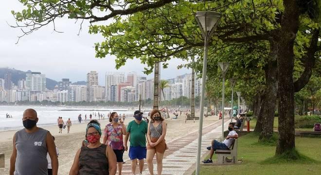 Movimentação na Praia da Aparecida, na cidade Santos, litoral paulista