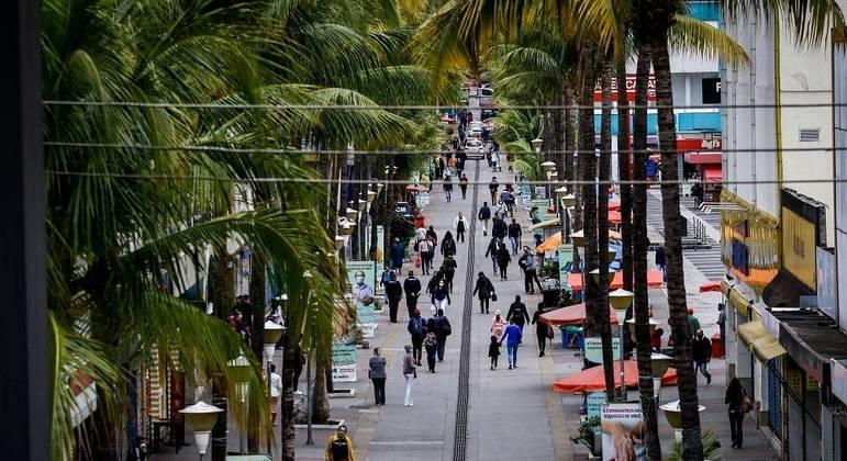 Movimentação no centro de Osasco, na Grande São Paulo. Plano regula a flexibilização no estado