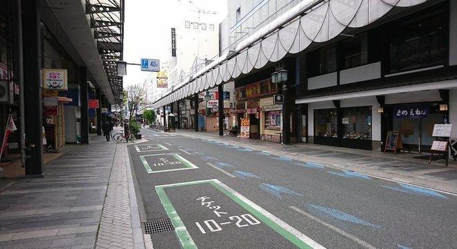 Movimentada avenida Odori em Morioka, vazia no dia 6 de maio devido ao estado de emergência