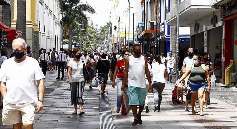 Movimento no Calçadão da 13 de Maio, ponto de comércio da cidade de Campinas, interior de São Paulo
